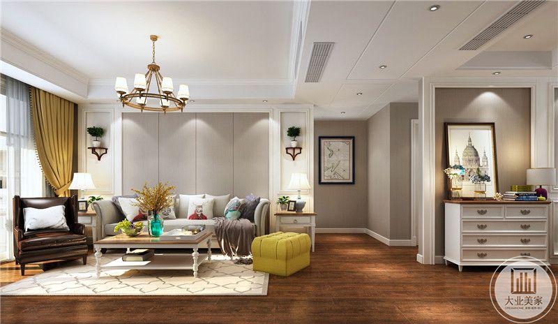 客厅沙发墙采用灰色实木护墙板,两侧采用白色石膏线,灰色沙发搭配白色实木欧式茶几,深色木地板搭配白色地毯。