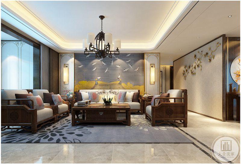客厅沙发墙采用中式深蓝色壁布,沙发和茶几都采用红木材料,地面铺设浅色大理石瓷砖搭配紫色地毯。