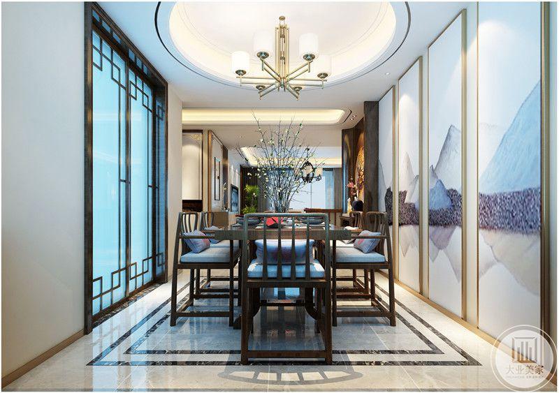餐厅的餐桌餐椅都采用红木材料,一侧的厨房门采用中式红木材料推拉门。