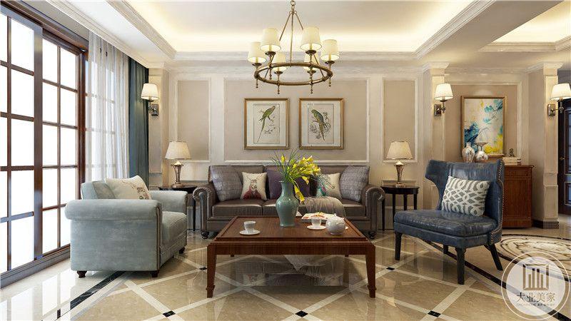 客厅沙发墙采用欧式石膏板,墙面采用两幅现代装饰画,沙发采用蓝色真皮沙发,茶几采用红木茶几。