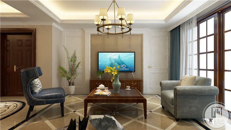 客厅影视墙采用浅黄色木质护墙板,电视柜采用红木材料,一侧是白色隐形