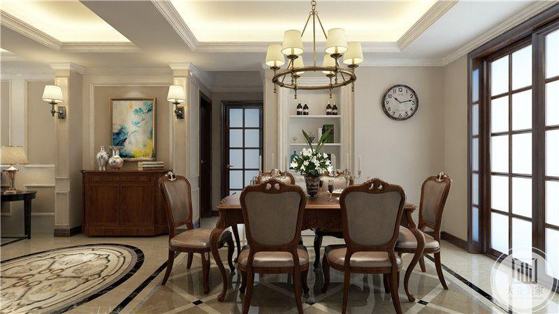 餐厅餐桌餐椅采用红木制作,一侧墙面采用嵌入式收纳柜,一旁的推拉门采用红木制作。