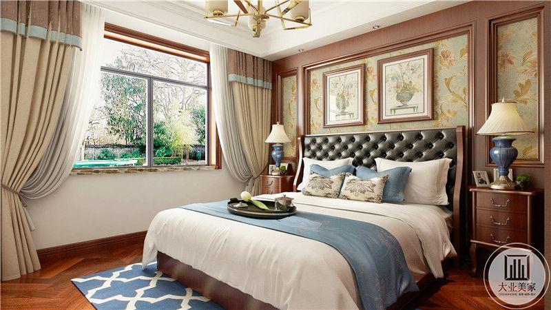 主卧室地面铺深色木地板,搭配蓝白色地毯,床整体采用蓝白装饰。