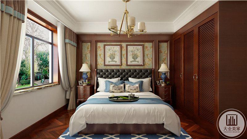 主卧室床头背景墙采用浅黄色壁纸,两侧采用红木床头柜,一侧是红木大衣柜。