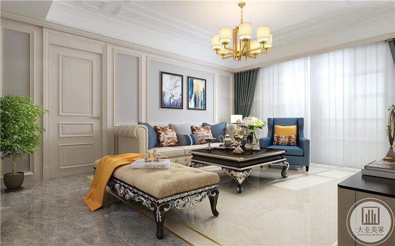 客厅沙发墙采用欧式风格抽象画装饰,浅黄色沙发搭配黑色实木茶几、