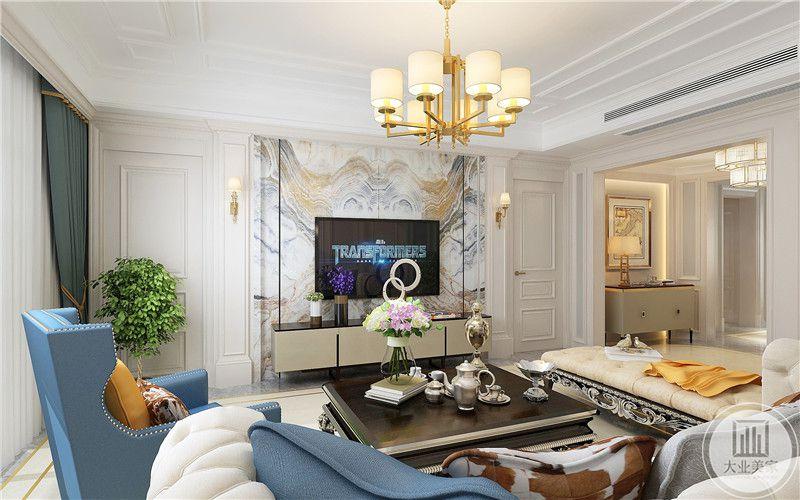客厅影视墙采用大理石,搭配金属框架,电视柜采用美式实木。