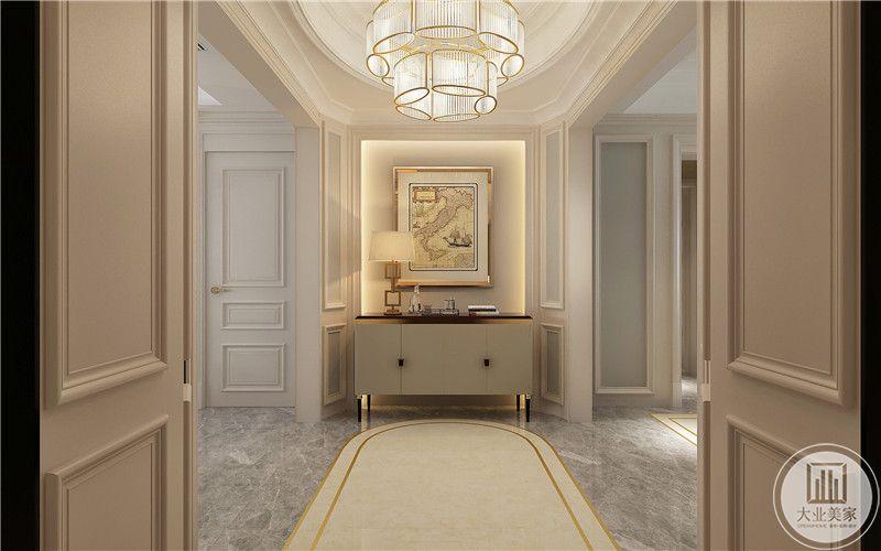 入户玄关采用欧式装饰挂画,搭配白色矮柜。