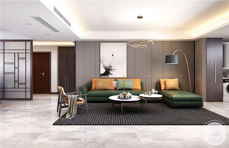 客厅沙发墙采用浅色木板,沙发采用绿色真皮沙发,搭配白色大理石茶几。