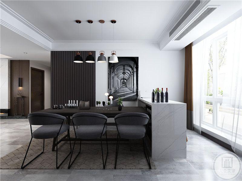 餐厅餐桌采用黑色实木,一侧靠窗的位置放置一个吧台,一侧的墙面采用黑白色装饰画。