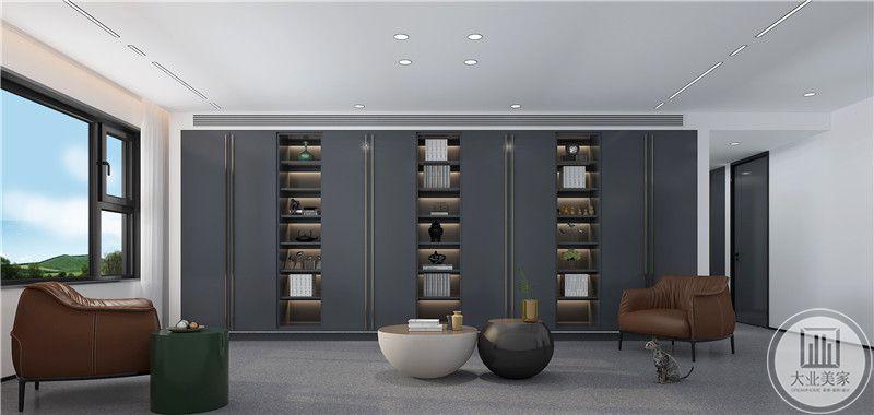 影视墙不挂电视,整个墙面做成收纳柜,柜门采用灰蓝色实木做成。