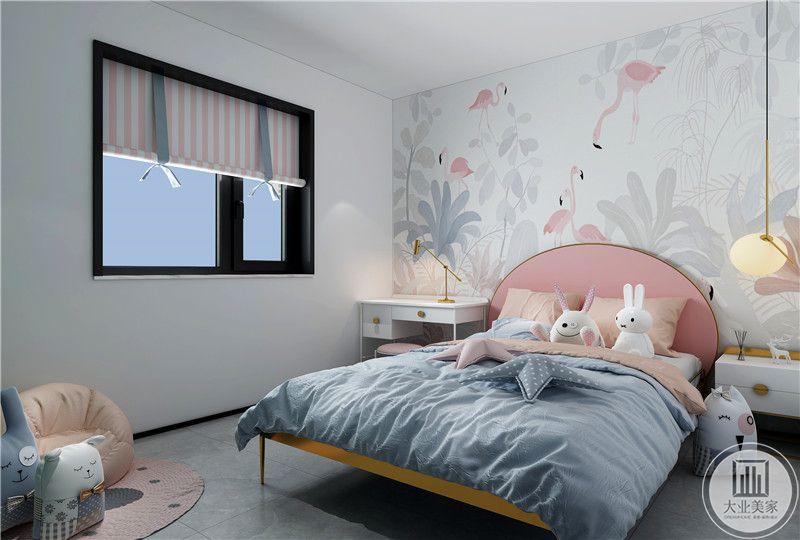 次卧室的床头背景墙采用以粉色为主的壁纸,一侧是白色床头柜,另一侧是白色书桌。