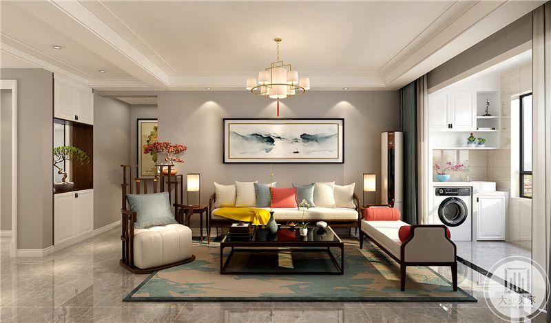 客厅沙发墙采用浅色壁纸,墙面采用中式风格水墨画装饰,白色布艺沙发,搭配黑色茶几。