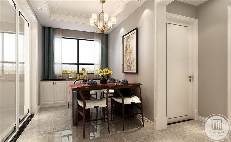 餐厅餐桌和餐椅采用红木制作,一侧的厨房门采用玻璃推拉门。