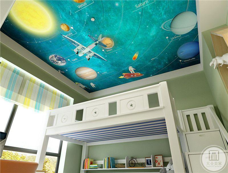 儿童卧室天花板采用蓝色天文图,墙面采用绿色壁纸。