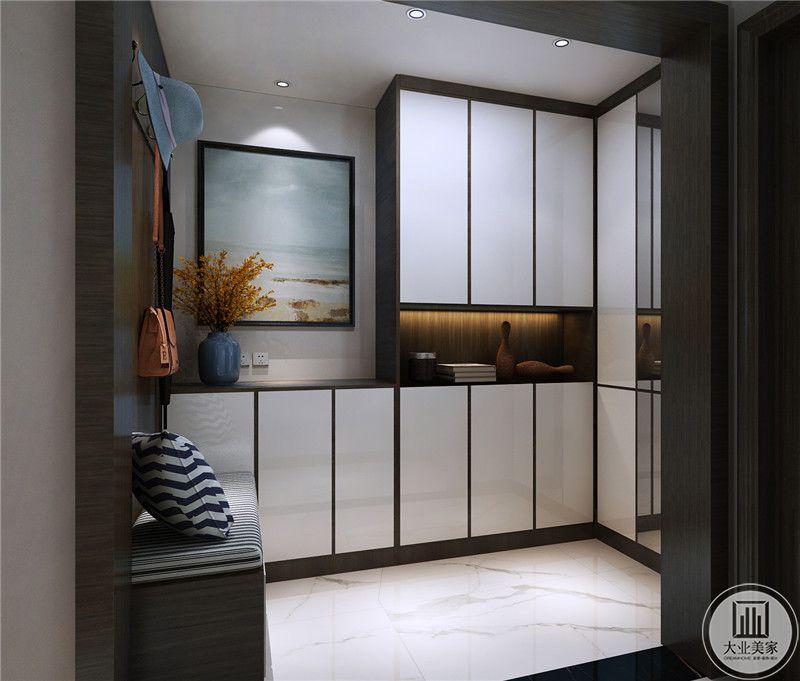入户衣帽间不作过多装饰,柜门采用白色,一侧的墙面采用深色实木护墙板。