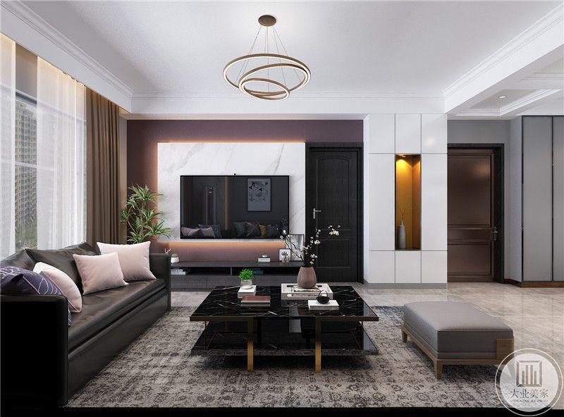 客厅影视墙采用大理石护墙板,电视柜采用黑色实木制作。