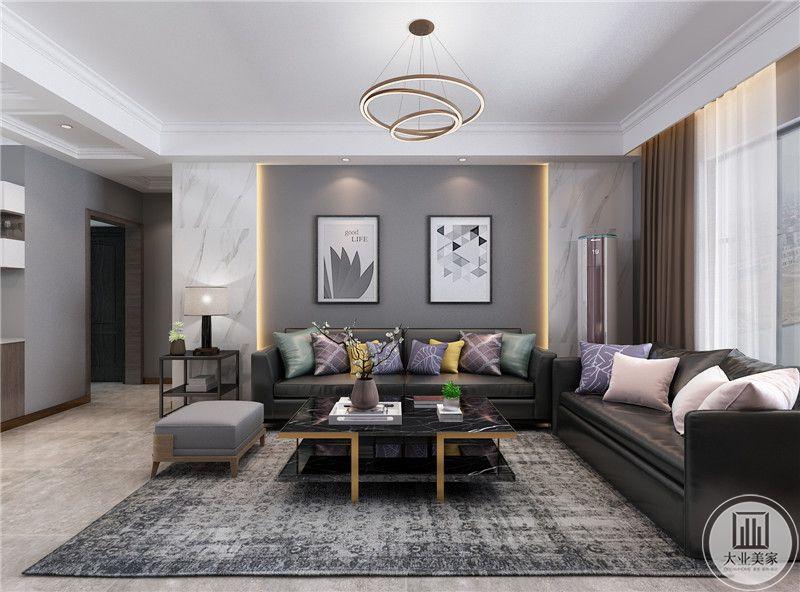 客厅沙发墙采用灰色壁纸装饰,墙面采用现代风格的装饰画,沙发采用黑色真皮沙发,搭配黑色玻璃茶几。