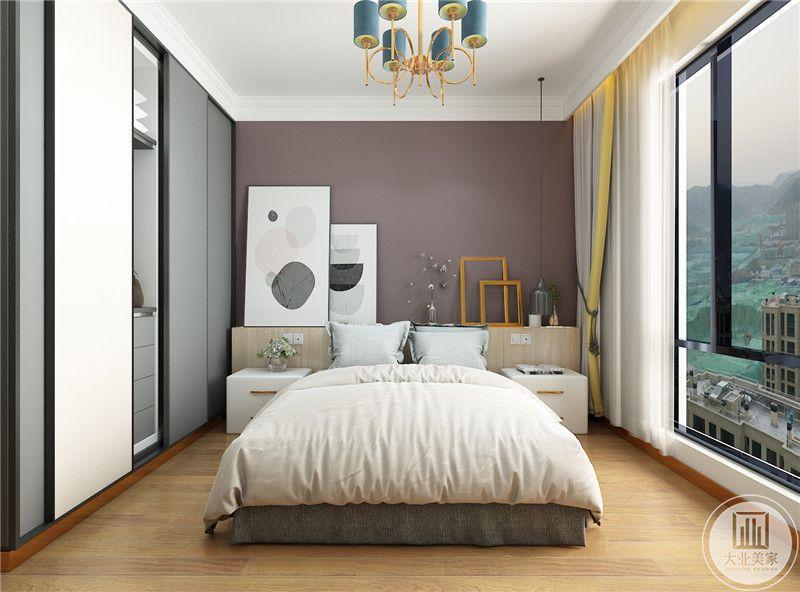 主卧室床头背景墙采用紫红色壁纸,下半部分采用实木墙裙子,两侧做白色床头柜。