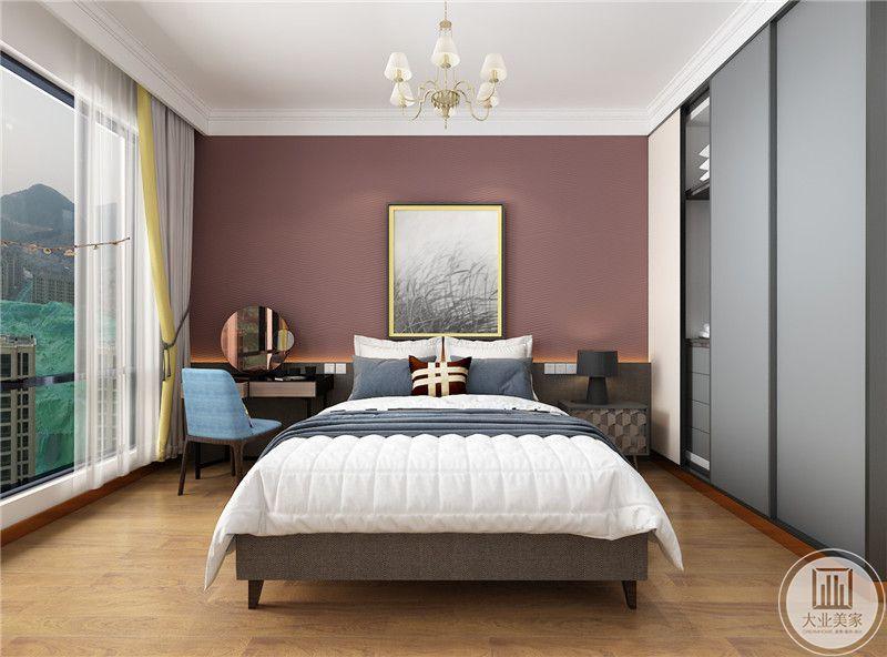 次卧室地面采用浅色木地板,床头背景墙采用紫红色装饰,墙面用现代风景画装饰,床的一侧使用浅棕色床头柜,另一侧放置梳妆台。