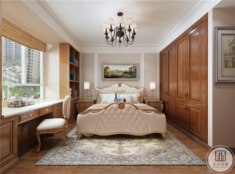 老人卧室装修效果图:书桌在窗户下面,床以白色为主,衣柜采用实木制作,地面使用木地板,两侧床头柜都采用美式木质风格。