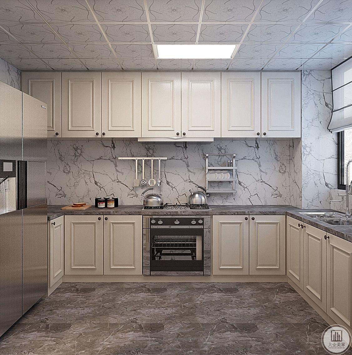 厨房墙面使用大理石,柜门都使用白色。